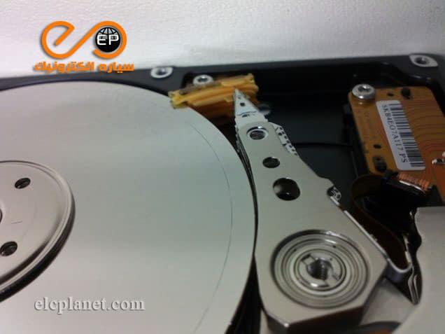 یک هارد دیسک که هد آن کنده شده